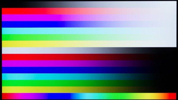sRGBカバー率は100%で、コントラスト比は1800:1。並みの液晶ディスプレイよりもはるかに鮮やかな映像です