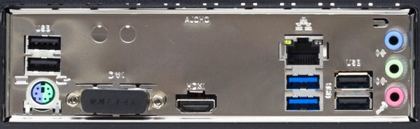 背面のI/Oパネル部分。PS/2ポート、USB2.0×4、USB3.0×2、有線LAN、サウンド出力などを用意。この部分の映像出力端子は利用しません