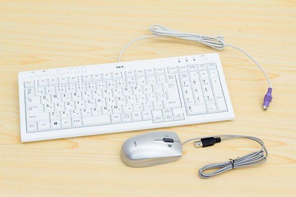 付属のキーボードとマウス