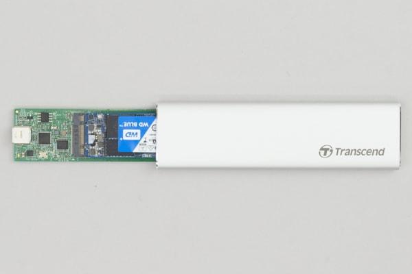SSDをケースに収納